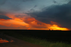 Zonsondergang over Afrikaans landbouwbedrijf Royalty-vrije Stock Foto