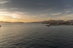 Zonsondergang over Ampelakia-eiland en Containerhaven van Piraeus haven Royalty-vrije Stock Fotografie