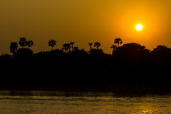 Zonsondergang over Ayeyarwaddy-rivier, Myanmar Stock Afbeelding