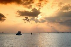 Zonsondergang over baai Stock Foto