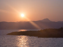 Zonsondergang over baai. stock foto