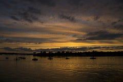 Zonsondergang over baai Stock Afbeelding