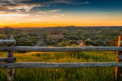 Zonsondergang over badlands stock afbeelding