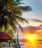 Zonsondergang over Balinese kustlijn Stock Foto