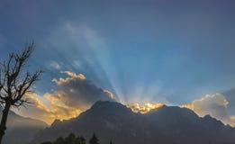 Zonsondergang over berg in Brasov, Roemenië royalty-vrije stock foto