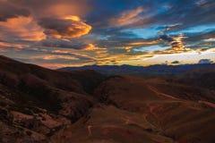 Zonsondergang over bergen Stock Foto's