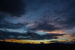 Zonsondergang over bergen Royalty-vrije Stock Afbeelding