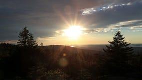 Zonsondergang over bergen in Maine stock footage