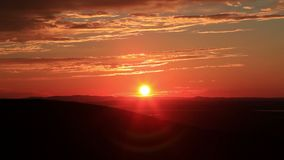 Zonsondergang over bergen in Maine stock video