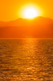 Zonsondergang over bergmeer Royalty-vrije Stock Fotografie