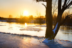 Zonsondergang over bevroren rivier in de winter Royalty-vrije Stock Foto's