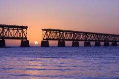 Zonsondergang over brug in de sleutels van Florida, Bahia Honda st stock afbeelding