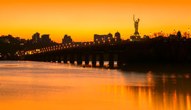 Zonsondergang over brug en rivier in stad Stock Fotografie