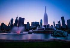 Zonsondergang over Buckingham-Fontein en Chicago van de binnenstad, IL royalty-vrije stock foto's