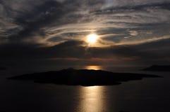 Zonsondergang over Caldera en Vulkaaneiland in Santorini-archipel Griekenland royalty-vrije stock fotografie