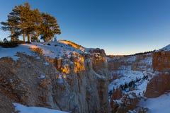 Zonsondergang over canionhellingen in sneeuw, Bryce Canyon National worden behandeld dat Stock Foto
