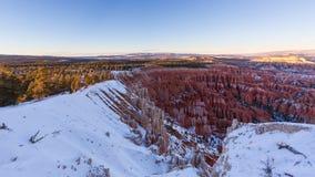 Zonsondergang over canionhellingen in sneeuw, Bryce Canyon National worden behandeld dat Royalty-vrije Stock Foto