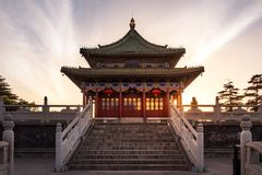 Zonsondergang over Chen Xiang Ting Building in Chinees Park in Xi'an, C stock foto's