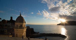 Zonsondergang over Cinque Terra-kustlijn royalty-vrije stock afbeeldingen