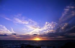 Zonsondergang over Cornwall ` s de Atlantische Oceaan Royalty-vrije Stock Foto's