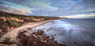 Zonsondergang over Crystal Cove State Park Beach royalty-vrije stock afbeeldingen