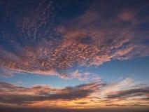 Zonsondergang over de Atlantische Oceaan die een dramatische oranje wolk samenstellen Stock Foto