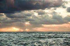Zonsondergang over de Atlantische Oceaan stock afbeeldingen