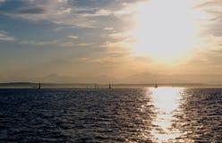 Zonsondergang over de baai stock foto