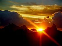 Zonsondergang over de bergen Stock Foto's