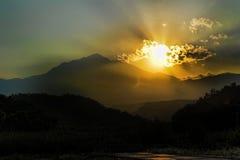Zonsondergang over de bergen Stock Foto