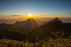 Zonsondergang over de bergen Stock Afbeeldingen