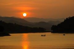 Zonsondergang over de bergen bij dam Royalty-vrije Stock Foto's
