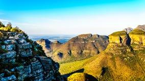 Zonsondergang over de bergen die Drie Rondavels van de Blyde-Riviercanion omringen Stock Afbeeldingen