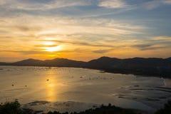 Zonsondergang over de bergen en het overzees Royalty-vrije Stock Fotografie
