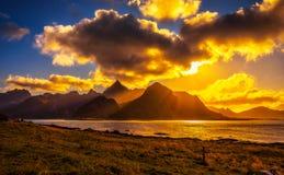 Zonsondergang over de bergen van Lofoten-eilanden Stock Afbeeldingen