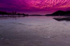 Zonsondergang over de Bevroren Rivier van Ohio Stock Afbeeldingen