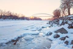 Zonsondergang over de bevroren rivier van Tisza Royalty-vrije Stock Foto's