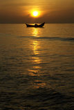 Zonsondergang over de boot op zee Stock Afbeelding
