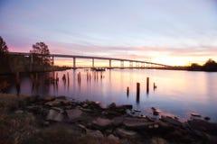 Zonsondergang over de brug Stock Afbeeldingen