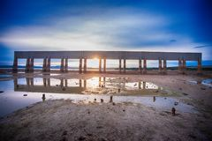 Zonsondergang over de dam royalty-vrije stock foto