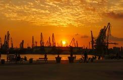 Zonsondergang over de dokken van Varna stock fotografie