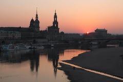 Zonsondergang over de Elbe Rivier in Dresden, Duitsland stock foto's