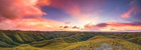 Zonsondergang over de groene weide, Sumba-eiland royalty-vrije stock afbeelding
