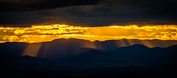 Zonsondergang over de heuvels Royalty-vrije Stock Afbeeldingen