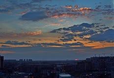 zonsondergang over de horizon stock foto's