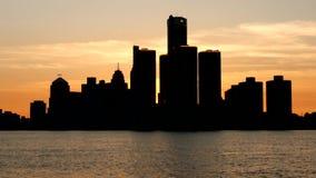 Zonsondergang over de horizon van Detroit stock video