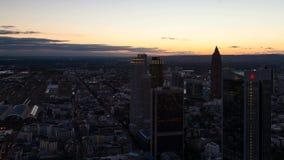 Zonsondergang over de horizon van Frankfurt stock footage