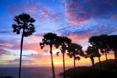 Zonsondergang over de Kaap van Prom Thep in Thailand stock foto