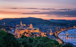 Zonsondergang over de Kettingsbrug en het Hongaarse Parlement Royalty-vrije Stock Afbeelding