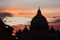 Zonsondergang over de koepel van de Basiliek van Heilige Peter in Stad i van Vatikaan Stock Fotografie